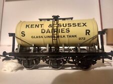 SR 6 Wheel Tanker 'Kent & East Sussex Dairies' 072 Train - Dapol (6 Wheel Tanker) front image (front cover)